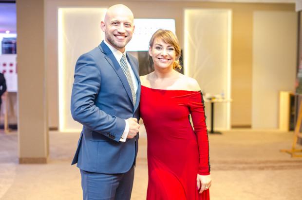 Magdalena Soszyńska prowadzi własną szkołę tańca, a wspólnie z mężem Krzysztofem tworzą bloga o codzienności rodziny patchworkowej - rodzinazodzysku.pl.