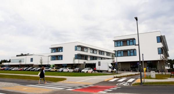 Modernizacja skrzyżowania przy szkole na Wiczlinie pozwala na bezpieczne dojście pieszym i swobodny dojazd kierowcom.