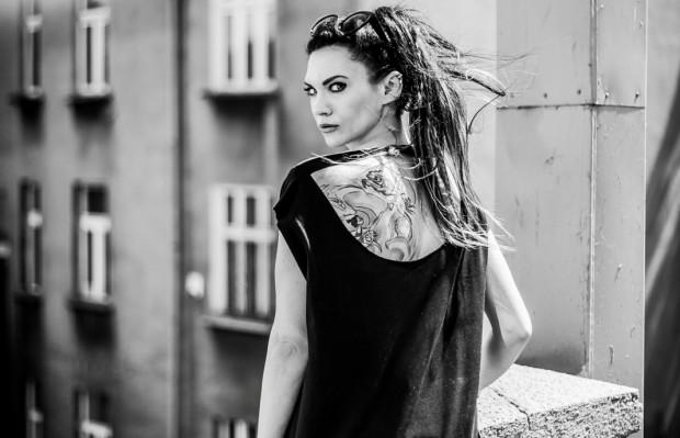 """""""Czerwień"""" to pierwszy tom zapowiadanej serii zatytułowanej """"Kolory zła"""". Na zdjęciu: autorka Małgorzata Oliwia Sobczak."""