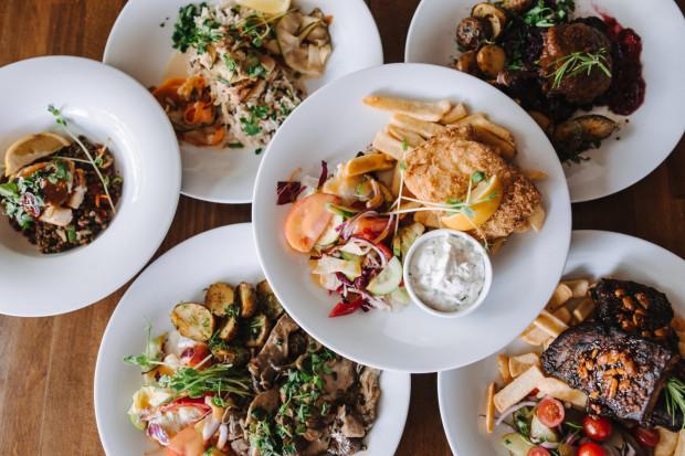 Kuchnia w Jedz Pij Tańcz w piątek i sobotę czynna jest do północy.