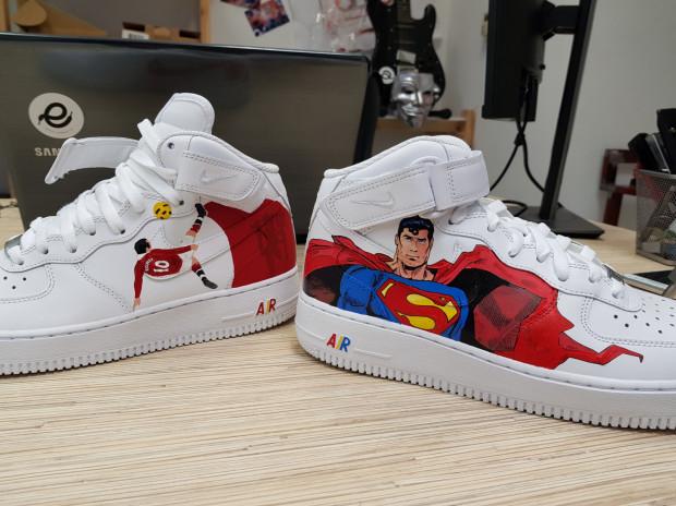 Wayne Rooney w barwach Manchesteru United i postać Supermana na własnych butach? Czemu nie.