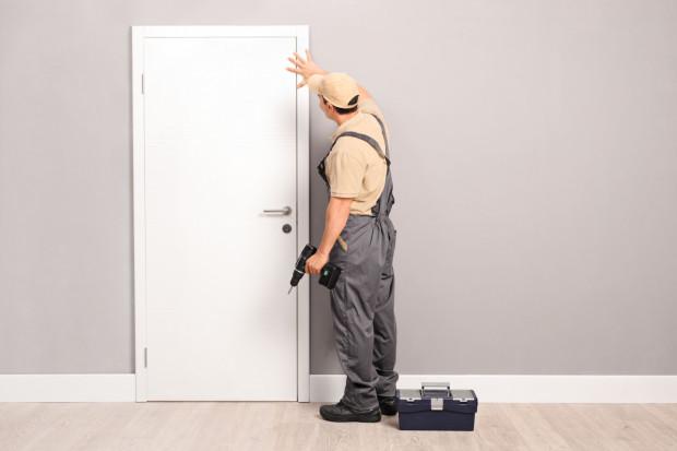 Wybierając drzwi wewnętrzne, warto zwrócić uwagę na ich wypełnienie i materiał wykończeniowy.