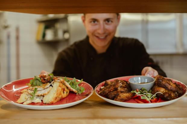 Dwupoziomowy The Legendary White Rabbit Saloon w Gdańsku na co dzień jest restauracją, w której rządzi kuchnia amerykańska.