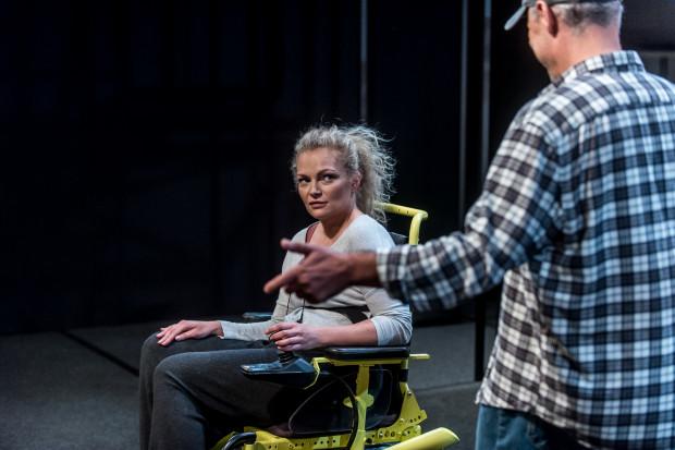 Dla Ani (Aleksandra Derda-Kupper) niepełnosprawność to katorga. Zwłaszcza że opiekę uporczywie oferuje jej były partner, który irytuje ją już samą swoją obecnością.