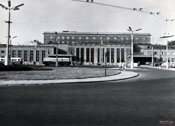 Gdyński dworzec na zdjęciu z 1970 roku. Przed budynkiem dworca stoi tzw. ogórek, czyli kultowy autobus marki Jelcz.