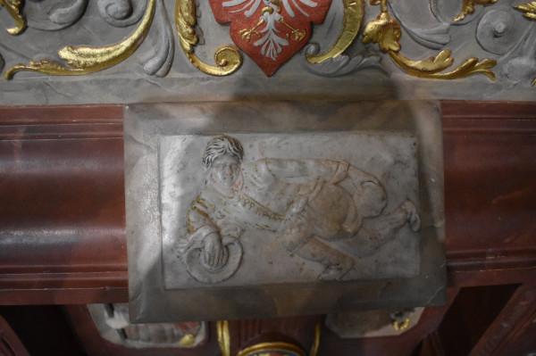 Kafel z postacią Dyla Sowizdrzała z gołymi pośladkami umieszczono w takim miejscu, że każdy, próbując objąć cokół pieca, ustami trafiał w pupę tego błazna i prześmiewcy.