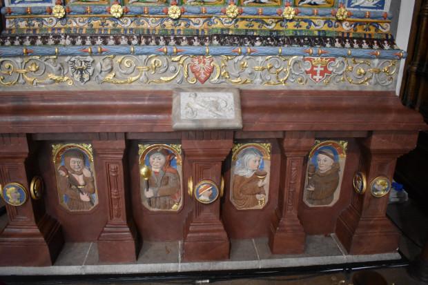 Wizerunki zakonników i błaznów umieszczone na cokole Wielkiego Pieca miały obrazować stosunek ówczesnych mieszkańców Gdańska do kondycji ruchu monastycznego.
