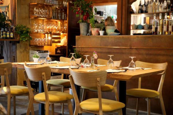 Restauracja Jakubiak w Sopocie. Wnętrza są przytulne i sprzyjają wyciszeniu. A jakie smaki rządzą w menu? Sprawdziliśmy.