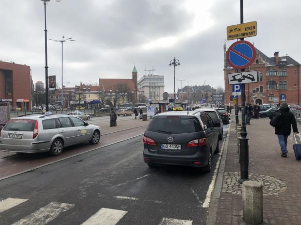 """Przy dworcu PKP w Gdańsku łatwo """"złapać"""" taksówkę. Elektryczne auta na minuty mogą być alternatywą dla podróżnych."""