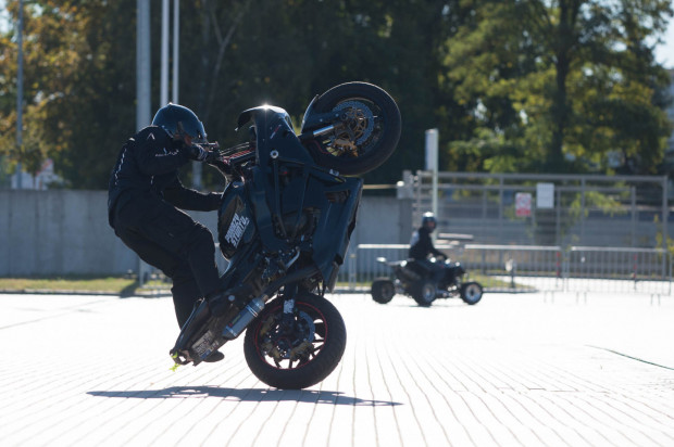 Widowiskowy pokaz motocyklowego stuntu.