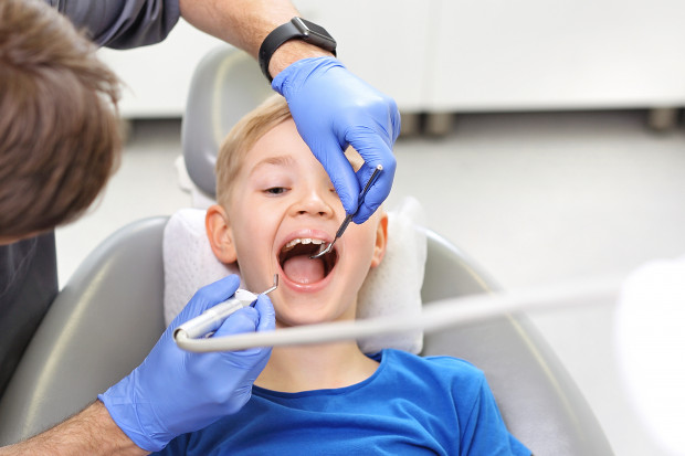 Eksperci podkreślają, że chodzenie z dzieckiem na fluoryzację czy przeglądy stomatologiczne jest sposobem, by przyzwyczajać malucha do wizyt w gabinecie dentystycznym i przekonać go, że to nic strasznego.
