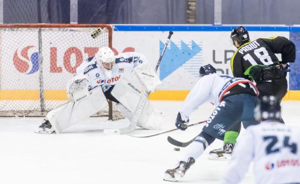 Tomas Fucik (w bramce) obronił w tym sezonie 170 z 183 strzałów na jego bramkę. Jak czeski bramkarz poradzi sobie w piątek w Nowym Targu?
