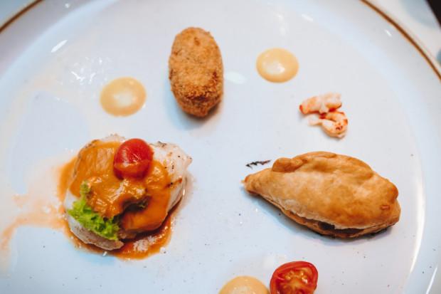 Policzki z dorsza, kotlecik z ciecierzycy, sos rakowy, pierożek z mięsem dorsza i kiszoną kapustą