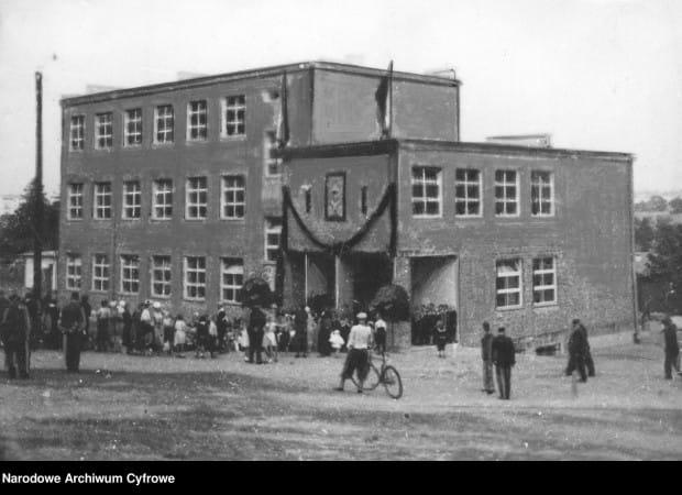 Budynek szkoły powszechnej w Gdyni. 1935 r.
