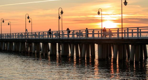 Przedszkolaki wraz z rodzicami odkrywają miejsca w Gdyni i dzięki temu lepiej poznają miasto. Na zdjęciu wschód słońca na molo w Orłowie.