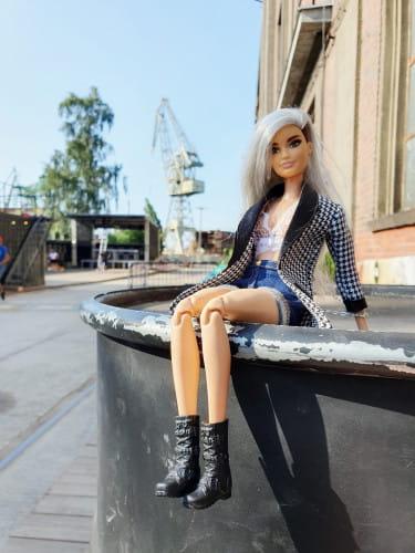Izabela Kwella często fotografuje swoje lalki w charakterystycznych miejscach Trójmiasta.