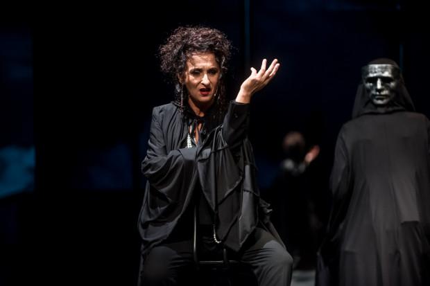 Najciekawszą rolę buduje Elżbieta Mrozińska, która gra twardą, nieustępliwą Brunę Fabbri, ma też najwięcej zadań wokalnych.