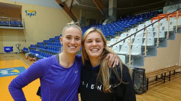 Gabbi Oritz (z prawej) po przylocie do Polski udała się na pierwszy trening z zespołem. Na zdjęciu z klubową koleżanką - Pauliną Kuras (z lewej)