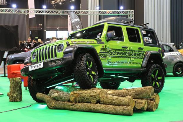W strefie dealera Schewe rewelacyjnie prezentuje się Jeep Wrangler.