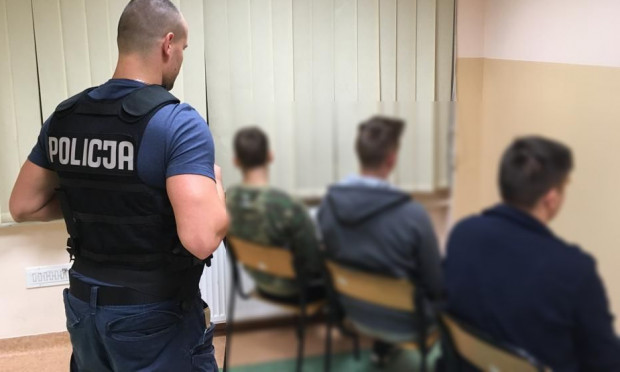 Trzej zatrzymani w wieku od 17 do 19 lat odpowiedzą za pobicie przed sądem, losem najmłodszego ze sprawców - 16-latka - zajmie się sąd rodzinny.