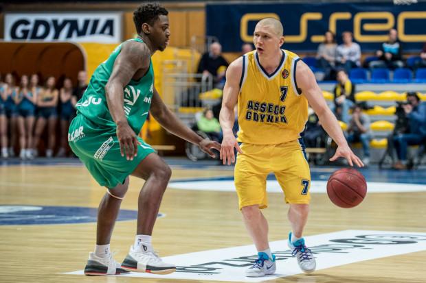 Armani Moore (z lewej) występował w Stelmecie Enea BC Zielona Góra w latach 2016-2017. Amerykanin zdobywał średnio 7,2 punktu oraz 4,2 zbiórki na mecz w polskiej lidze.