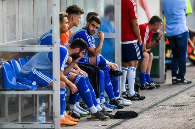 Tego lata Bałtyk pozyskał 18 piłkarzy, opierając się obietnicach sponsora. Czy klub czekają zmiany? Jak poradzą sobie biało-niebiescy wobec zaistniałej sytuacji?