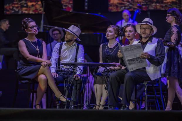 """Akademicki Chór Uniwersytetu Gdańskiego prezentuje się znakomicie nie tylko w wersji retro (na zdj. podczas koncertu """"Z miłości do Niepodległej"""" w Operze Leśnej)."""