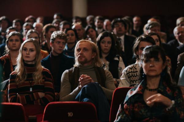 """W """"Ikarze"""" fenomenalny popis aktorskich umiejętności prezentuje Dawid Ogrodnik, ale świetnie z jego postacią komponują się również drugoplanowi bohaterowie, w których wcielają się m.in. Justyna Wasilewska, Jowita Budnik czy Piotr Adamczyk, zresztą jeden z inicjatorów nakręcenia filmowej biografii Mietka Kosza."""