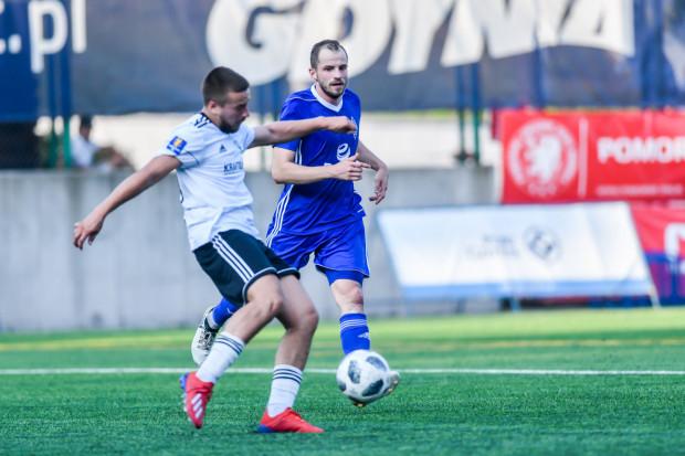 Bałtyk Gdynia znalazł się na zakręcie, ale w pucharowym meczu piłkarze nie odpuszczali. Micha Efir (w niebieskim stroju) zdobył dwie bramki. W niedzielę gdynian czeka mecz w III lidze.