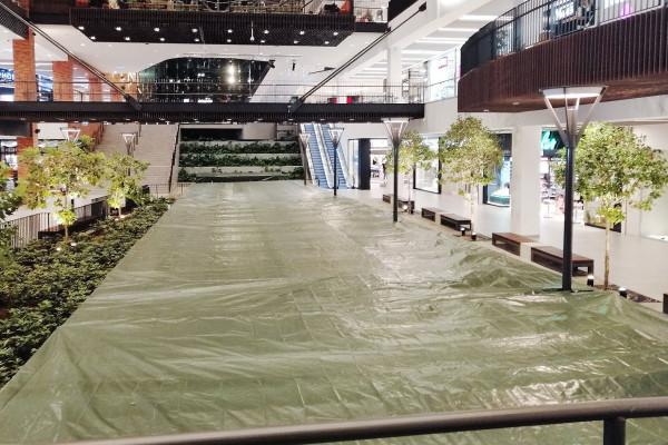 """Kanał Raduni w Forum Gdańsk został zakryty zieloną plandeką. Inwestor nazywa ją """"specjalnym materiałem zabezpieczającym"""""""
