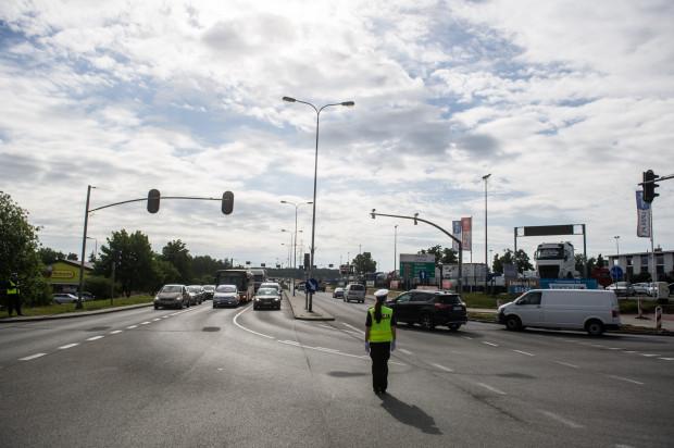 Obecnie na skrzyżowaniu Słowackiego z Budowlanych w stronę lotniska można jechać tylko jednym pasem. Zdaniem naszego czytelnika drogowcy powinni też umożliwić taki manewr z jednego z dwóch lewoskrętów w Budowlanych.