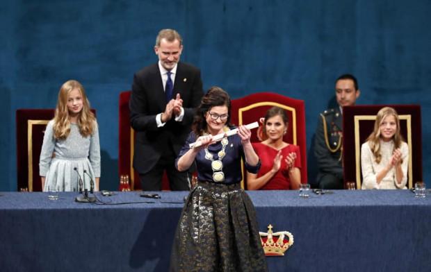 Prezydent Dulkiewicz odbiera nagrodę księżnej Asturii przyznaną Gdańskowi.