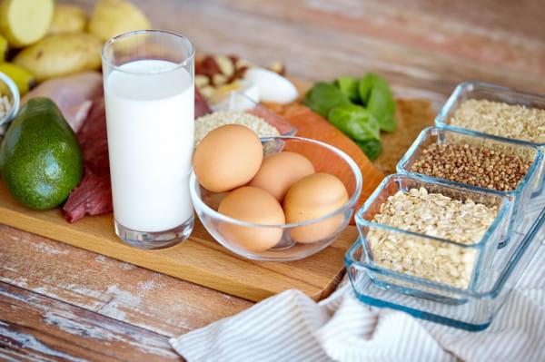 Białko możemy dostarczyć do organizmu na wiele różnych sposobów. Mogą to być zarówno produkty pochodzenia zwierzęcego, jak i roślinnego.