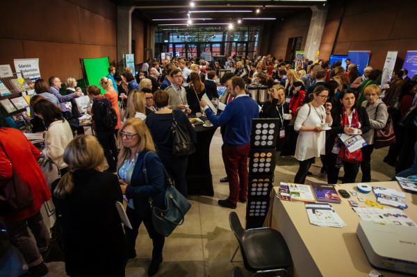 W trakcie konferencji odbędą się targi eduShow, gdzie firmy edukacyjne pokażą najnowsze rozwiązania technologiczne dedykowane edukacji.