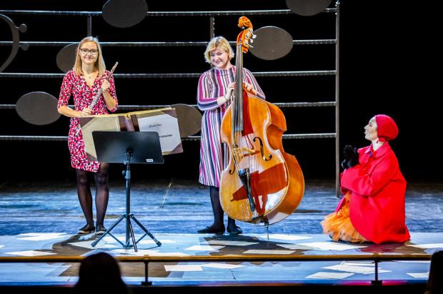 Podczas pierwszego spotkania w tym sezonie Pomposa i widzowie dowiedzieli się, z czego się składa i jak gra flet poprzeczny (dzięki Iwonie Sarwińskiej, po lewej) oraz kontrabas (zasługa Agnieszki Olszewskiej, w środku).