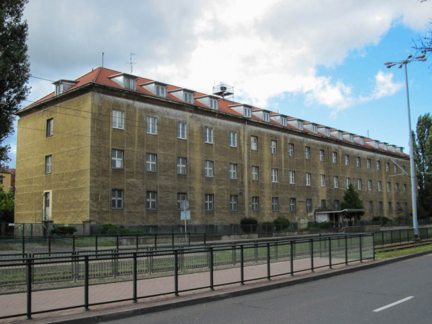 Budynek dawnej bursy przy al. gen. Józefa Hallera 122 od frontu, stan z 2012 r.