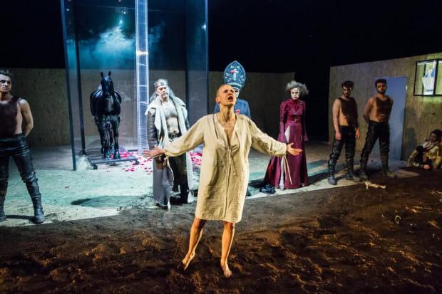 """Spektakl """"Śmierć białej pończochy"""" zawiera sceny drastyczne. 19 października wiek widzów skontrolowała gdańska policja."""