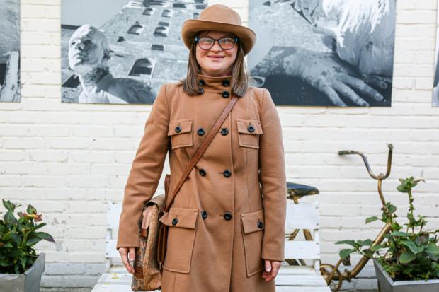 Emila Kochańska pracuje w Teatrze Muzycznym w Gdyni - sprawdza bilety i kieruje gości do odpowiednich sektorów.