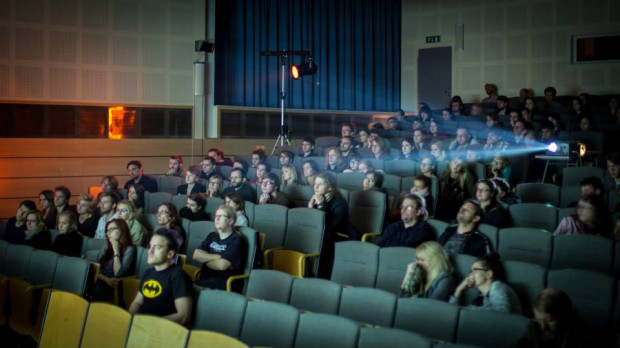 - Czy chodzenie do kina ma sens, skoro można film obejrzeć w nowych mediach? Kino ma się świetnie, pomimo że film można obejrzeć w telewizji czy na platformach streamingowych. Ponieważ chodzenie do kina to całkiem inna praktyka społeczna i aktywność niż oglądanie filmu na smartfonie - mówi prof. Krzysztof Kornacki.