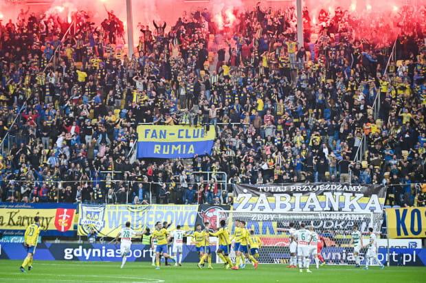 Arka Gdynia po meczu derbowym musi zapłacić 10 tysięcy złotych kary, ale kibice żółto-niebieskich mogą jechać na niedzielne spotkanie ze Śląskiem Wrocław.