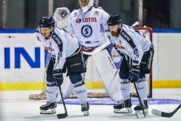 Josef Vitek (z lewej) ma nadzieję, że po serii porażek, przyjdzie seria zwycięstw hokeistów Lotosu PKH Gdańsk.