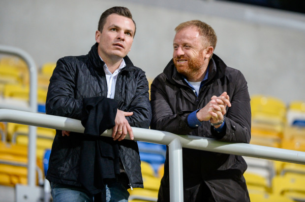 Janusz Melaniuk (z lewej) pracował w Lechii Gdańsk 8 lat, a wcześniej był piłkarzem biało-zielonych. Po raz ostatnio publicznie w roli dyrektora sportowego wystąpił, gdy przedłużono kontrakt z trenerem Piotrem Stokowcem.