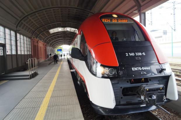 """Jaka szkoda, że informacja na wyświetlaczu pociągu """"PKM do Swar"""" nie oznacza połączenia kolejowego do pomorskiego Swarożyna, lecz do wielkopolskiego Swarzędza."""
