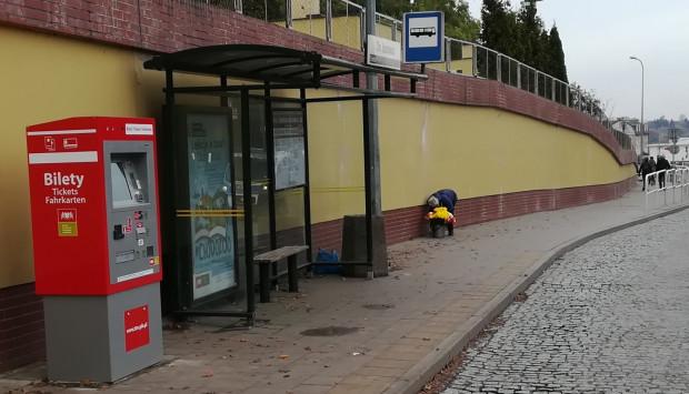 Nowy automat biletowy na przystanku autobusowym przy cmentarzu Łostowickim.