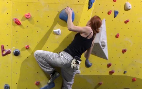 Wspinaczkę pod dachem można uprawiać na dwa sposoby. Na wysokich ściankach z zabezpieczeniem oraz na niskich formacjach, tzw. boulderach.