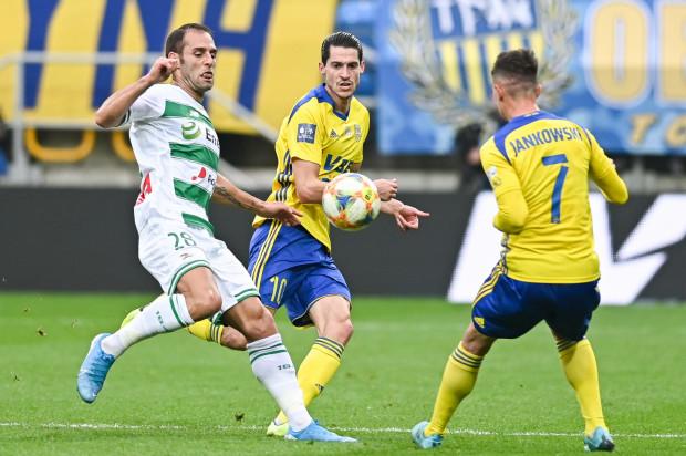 Marko Vejinović (w środku) strzelił gola na wagę remisu z Lechią Gdańsk. Tydzień później zdobył kontaktową bramkę ze Śląskiem Wrocław. Tomasz Korynt uważa jednak, że w perspektywie dużego kontraktu, który otrzymał, póki co gra poniżej oczekiwań.
