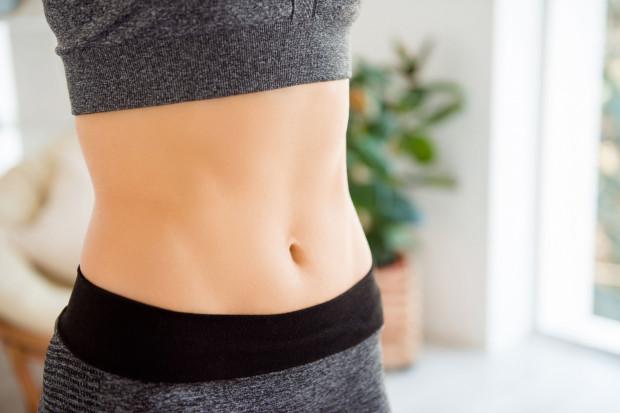 Dzięki dobrze zbilansowanej diecie zaczniemy redukować tkankę tłuszczową, a tym samym nasz brzuch stopniowo będzie stawał się coraz bardziej płaski.