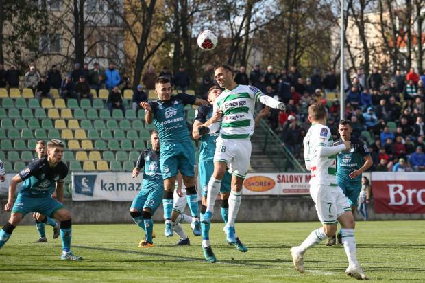 Flavio Paixao ustalił końcowy wynik meczu Chełmianka Chełm - Lechia Gdańsk. Na zdjęciu w powietrznym pojedynku z obrońcą gospodarzy - Jakubem Niewęgłowskim.