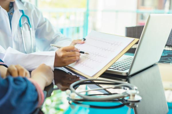 Szacuje się, że kompleksowa rehabilitacja kardiologiczna może zmniejszyć umieralność z przyczyn sercowo-naczyniowych o około 20-25 proc., a także liczbę nagłych zgonów w czasie pierwszego roku po przebytym zawale mięśnia sercowego o około 35 proc.