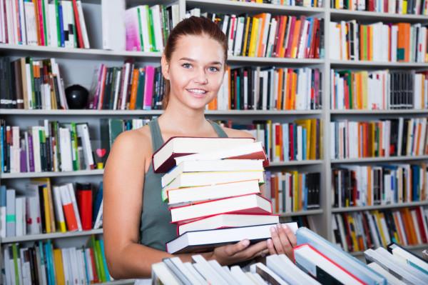 Zapewne nieraz wychodziliście z księgarni lub biblioteki obładowani książkami. Potem trafiają one do naszych domów, na nasze stosiki lub tworzą kolejne osobne stosiki.
